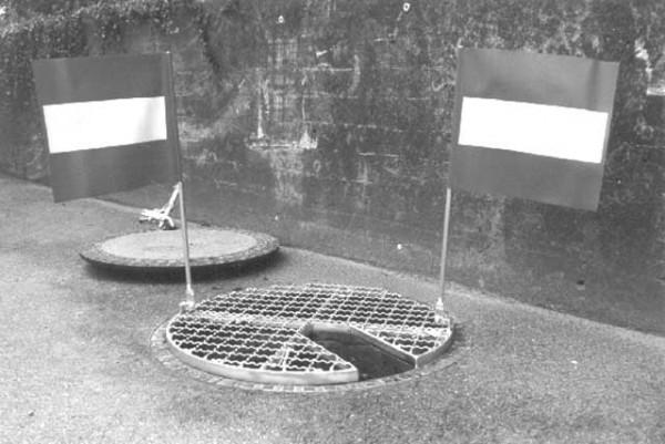 Couvercle de trou d'homme avec découpe et drapeaux