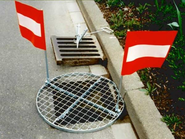 Couvercle de trou d'homme fermé par des drapeaux